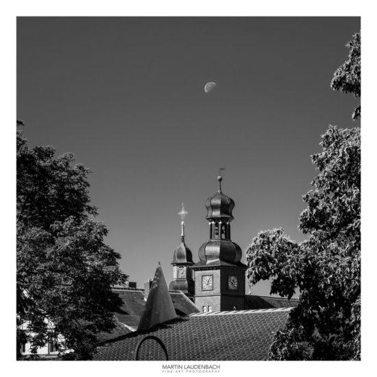 Skyline Lorsch: die historischen Türme des Rathauses und der Gemeinde Sankt Nazarius