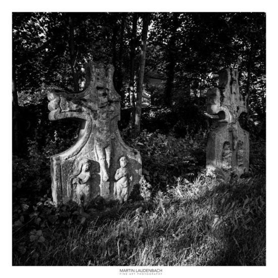 historische Grabsteine an der St. Nazarius Kirche in Lorsch